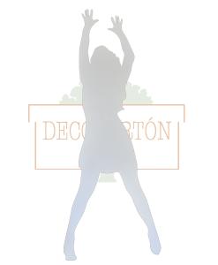 Silueta de mujer realizada en cartón con las manos en alto